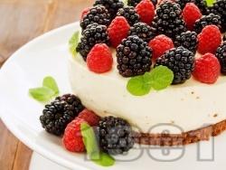 Лесен и бърз чийзкейк със заквасена сметана, маскарпоне, сирене крема, малини и къпини без печене за десерт - снимка на рецептата